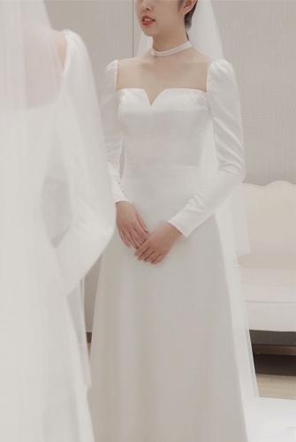 Dáng váy chữ A cùng đường may tinh tế, cổ điển, tôn lên sự nữ tính tự nhiên của cô dâu